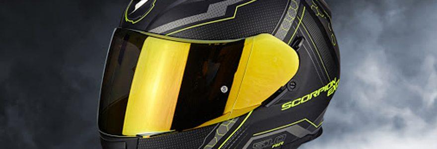 Comment attacher un casque de moto?